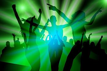 パラパラを踊る若者