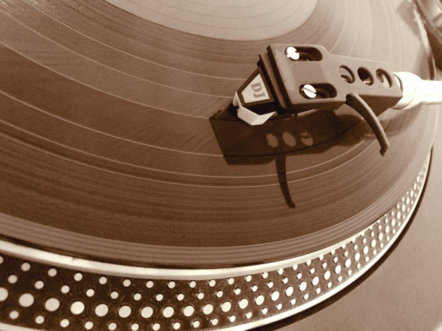 ターンテーブルで廻るアナログレコード